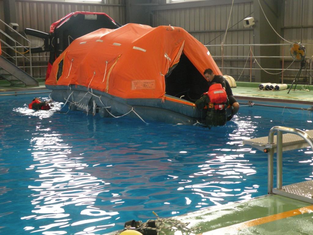 水中から船舶用救命いかだへの乗艇