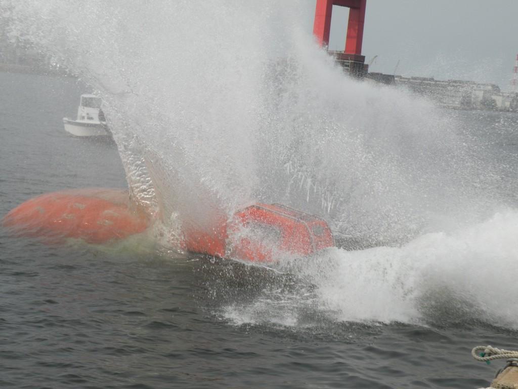 なかなか体験する機会の無いフリーフォール式救命艇の進水