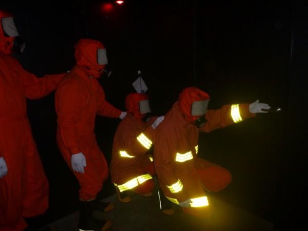 真っ暗な室内からグループで避難