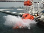 フリーフォール式救命艇進水訓練