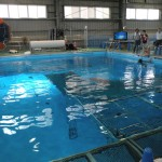 5メートルの深さのプールで実機を操作!